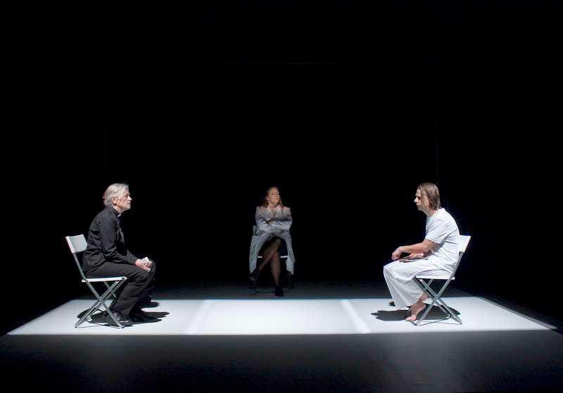 """Chatarina Larsson, Julia Marko-Nord och Peter Viitanen i PO Enquists """"I lodjurets timma"""" på Teater Giljotin i Stockholm."""