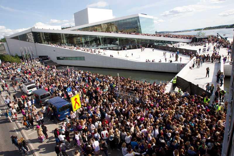 KAOS NÄR BIEBER GÄSTADE OSLO Fansen flockades vid Operahuset i centrala Oslo vid Justin Biebers besök.