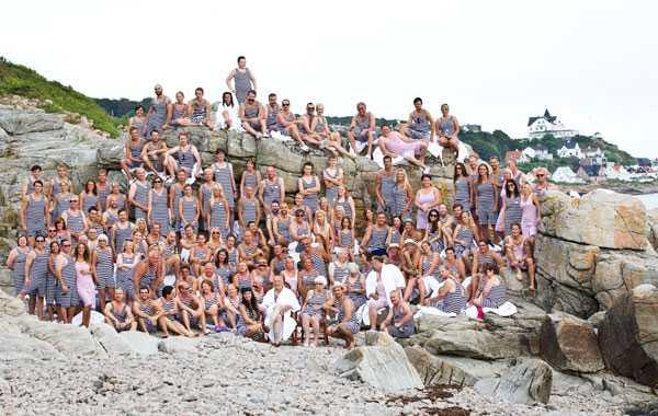 Alla gästerna samlades sedan till ett gruppfoto på klipporna.