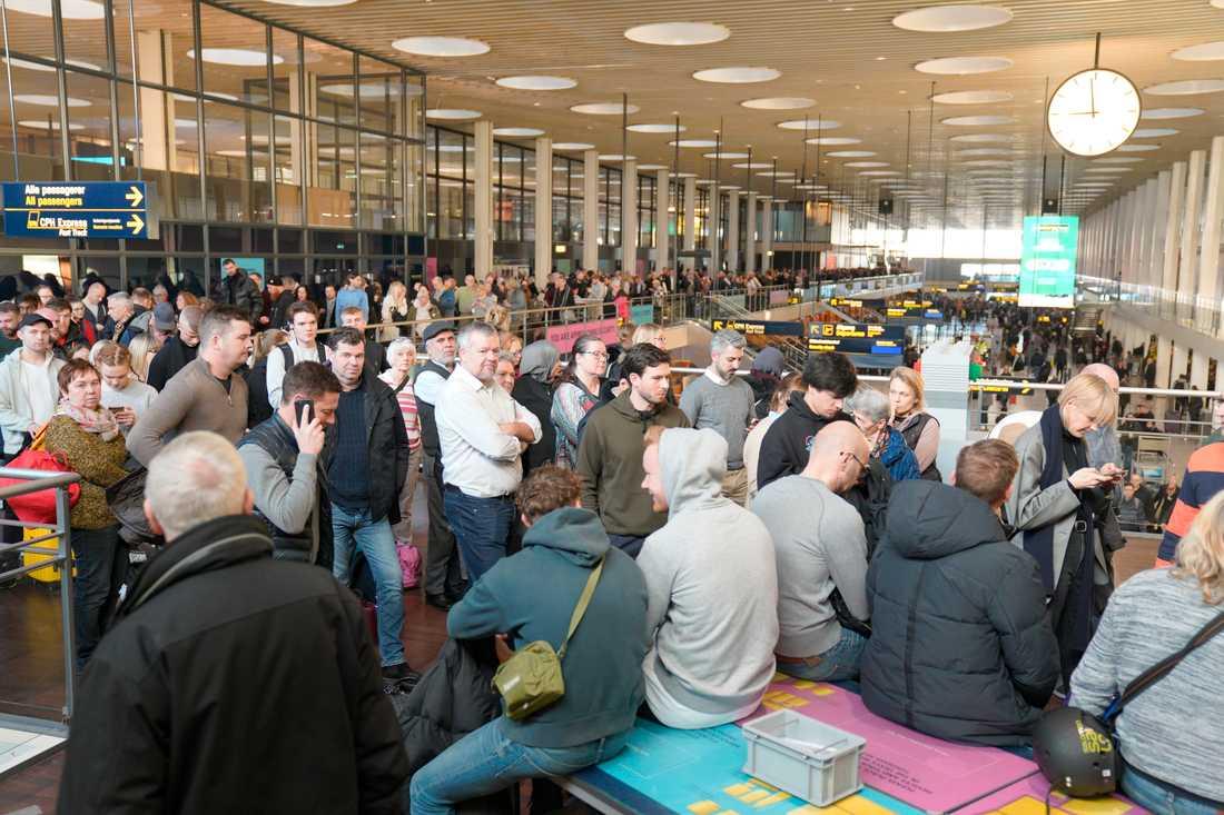Säkerhetspersonalen på Kastrup gick ut i en tre timmar lång strejk under onsdagsmorgonen och det blev långa köer till säkerhetskontrollen.