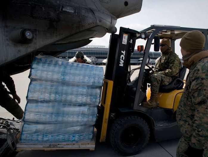 Lastar Amerikanska soldater förbereder för att frakta vatten till behövande i de mest drabbade områdena av Japan.