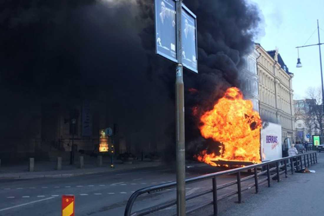 Branden vid Nybrokajen spred rök över Stockholms innerstad.