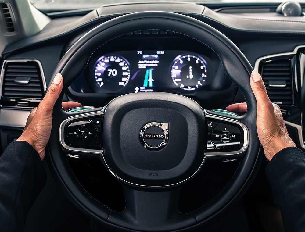 Volvobilarna kör själva men testföraren ska kunna ta över i en nödsituation.
