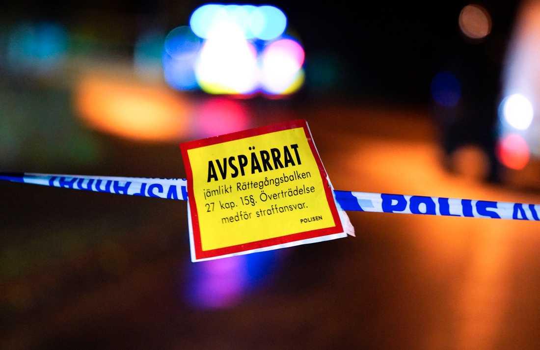 Polisen spärrade av ett område runt fyndet, som visade sig vara en skarp sprängladdning. Arkivbild.