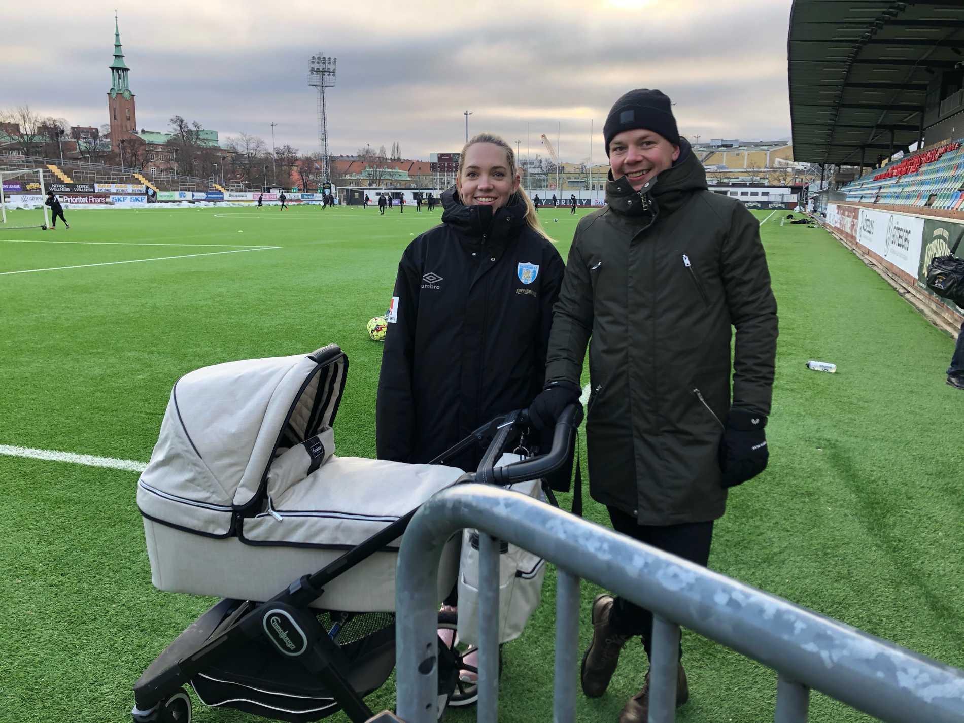 Elin och Filip Rubensson med sonen Frans i barnvagnen.
