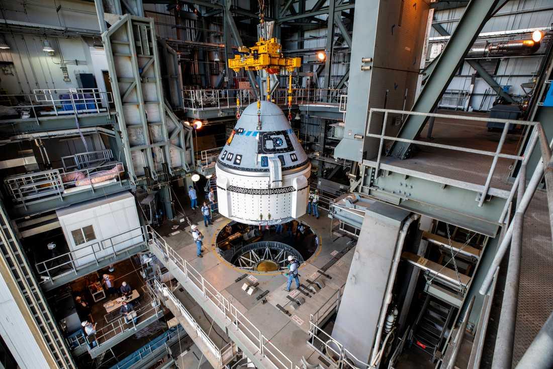 Starliner-kapseln sätts på plats inför veckans uppskjutning.