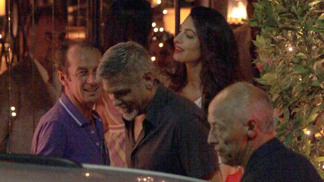 George och Amal Clooney fångades på bild med vänner när de besökte restaurangen Il Gatto Nero vid Comosjön i Italien.