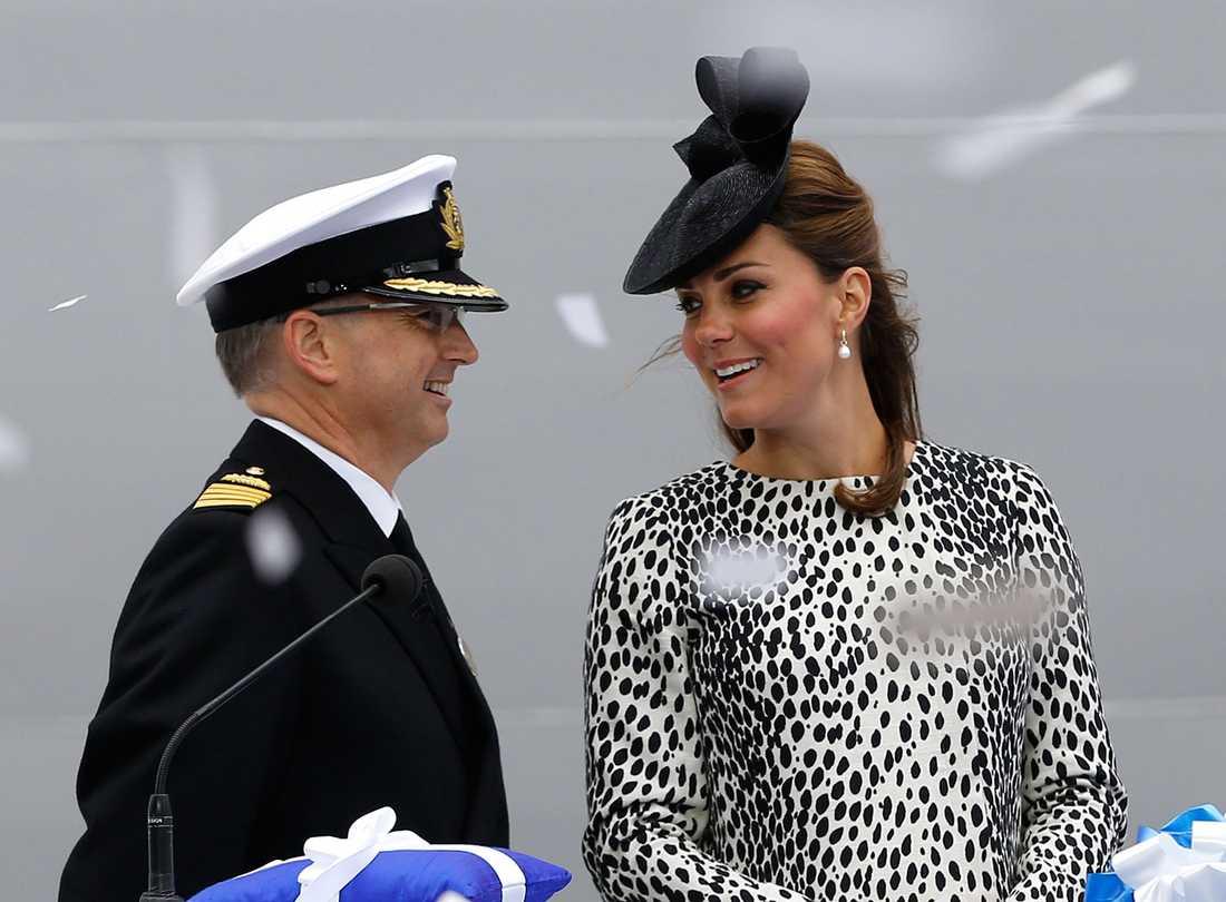 Kate Middleton i samspråk med fartygets kapten Tony Draper under dopceremonin i Southampton den 13 juni.