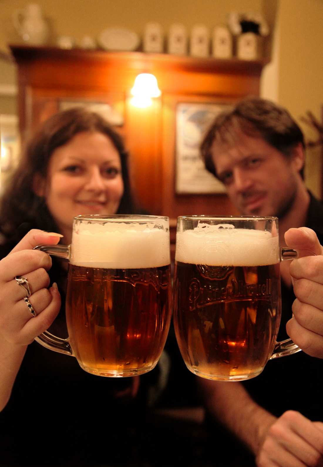 """Aurelie och Jonathan från Frankrike gillar den tjeckiska ölen på U Pinkasu – och i Prag får alla ölälskare sitt lystmäte. """"Prag spöade alla förväntningar"""", säger de."""