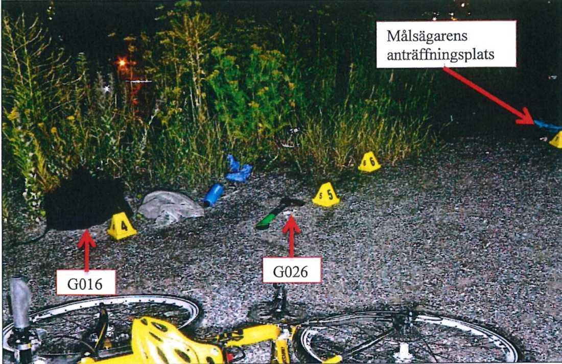 På mordplatsen låg vännernas cyklar.