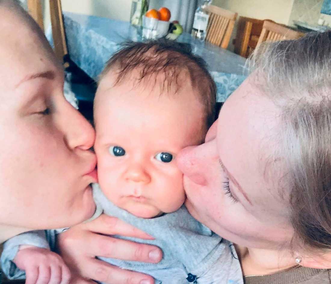Helena tillsammans med frun Lotta och deras son Ebbe, 7 veckor.