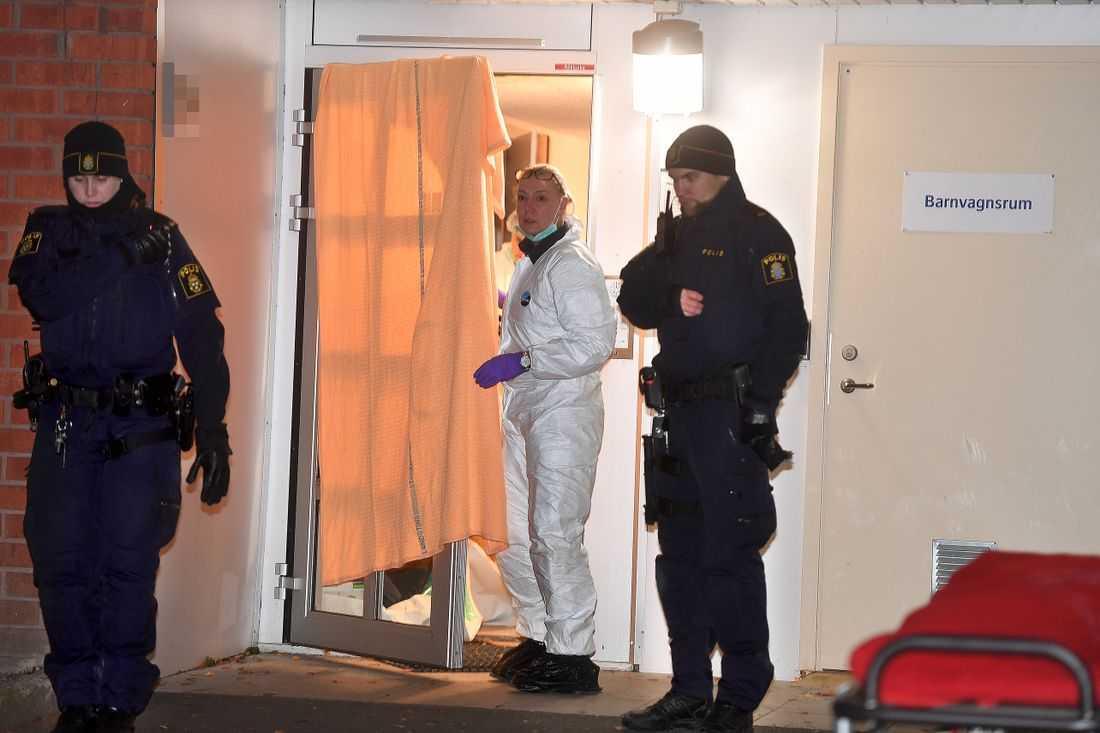 En man hittades natten till i tisdags mördad i ett förrådsutrymme i Upplands Väsby
