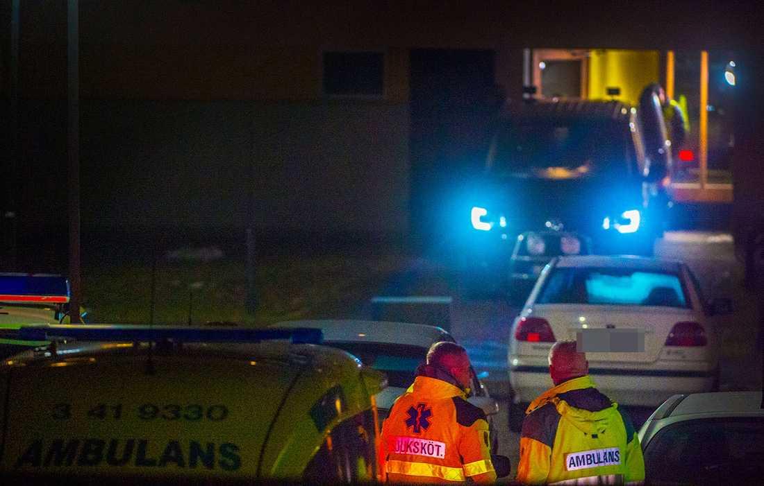 Polis och ambulanspersonal på platsen.