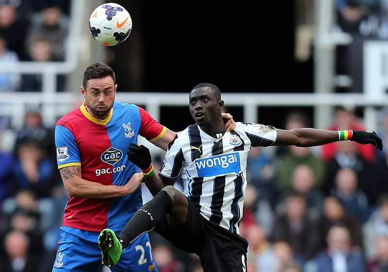 Galet eller smart? Newcastles Papiss Cissé (th) avgjorde sent mot Crystal Palace i helgen – ett mål som gjorde en finsk spelare 900 000 kronor rikare