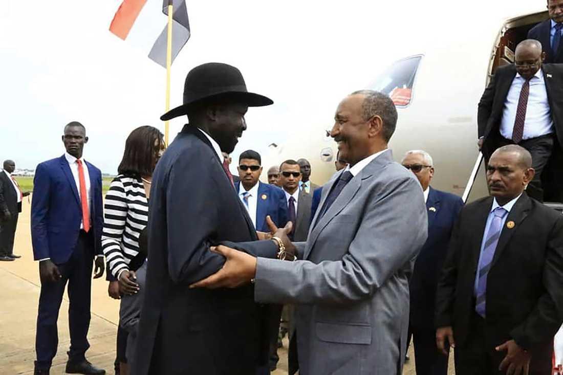 Sydsudans president Salva Kiir (till vänster) tog i måndags emot general Abd al-Fattah al-Burhan, ledare för Sudans styrande övergångsråd, inför fredssamtalen.