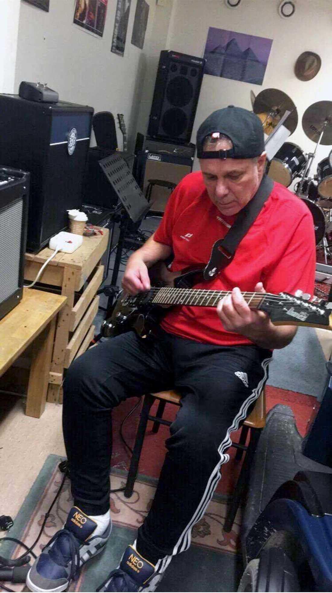 Ulf Nilsson spelandes på sin gitarr.
