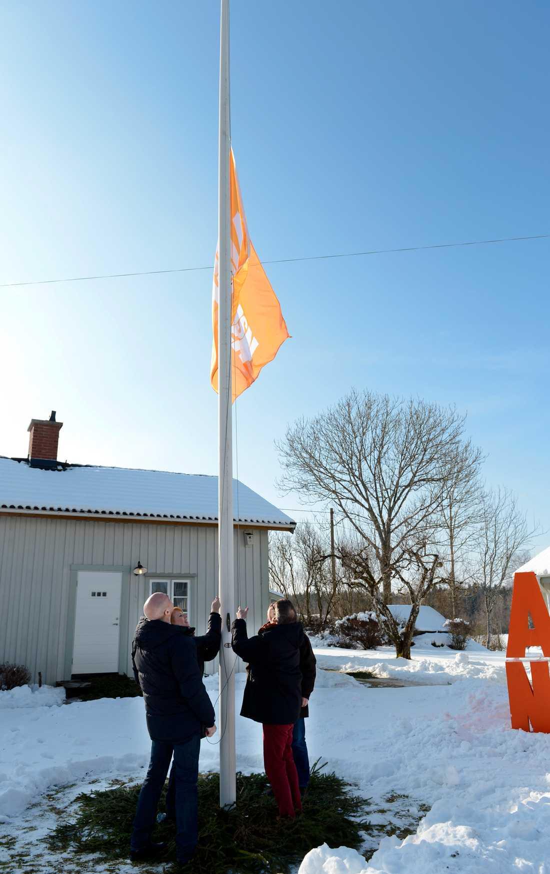 En Alliansflagga hissas upp av partiledarna.