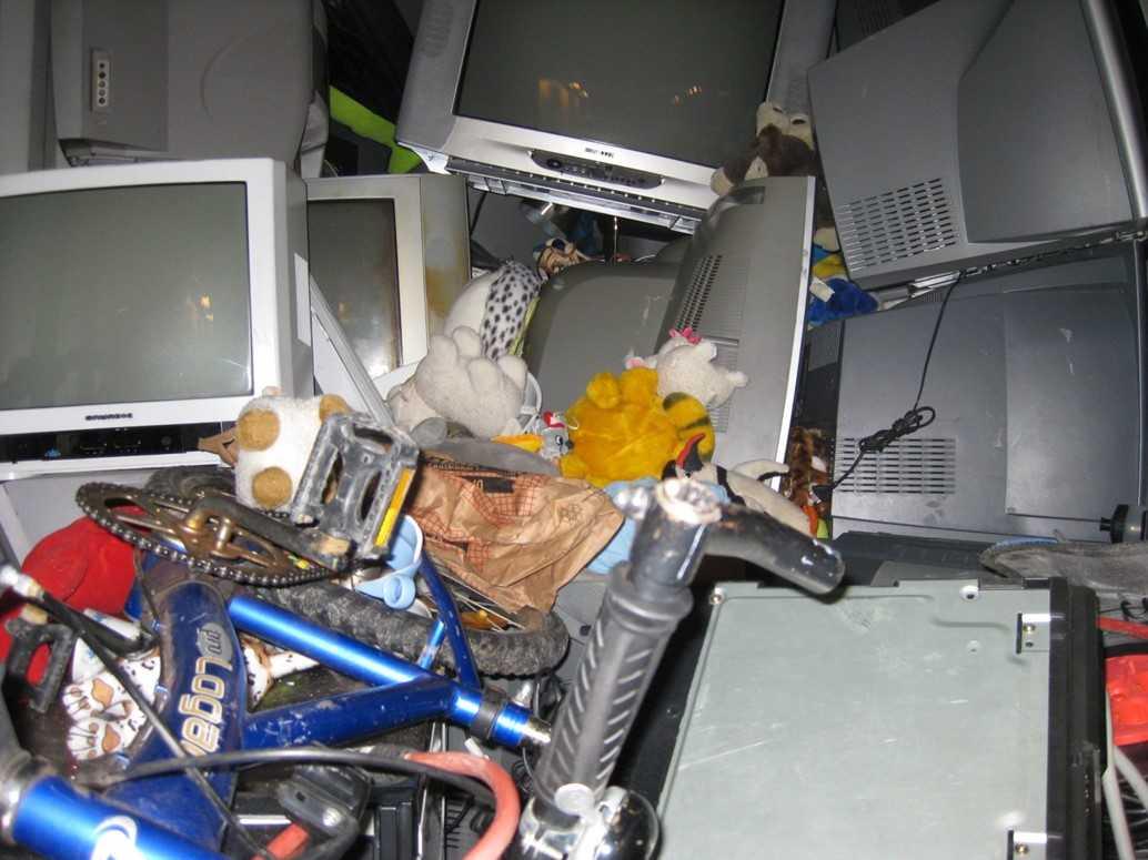 Innehållet i en container med miljöfarligt avfall som stoppades av Tullverket.