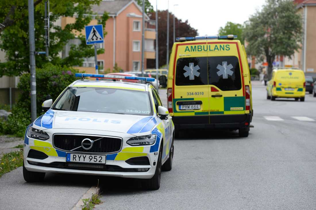 Polis och ambulans på plats i Åkersberga.