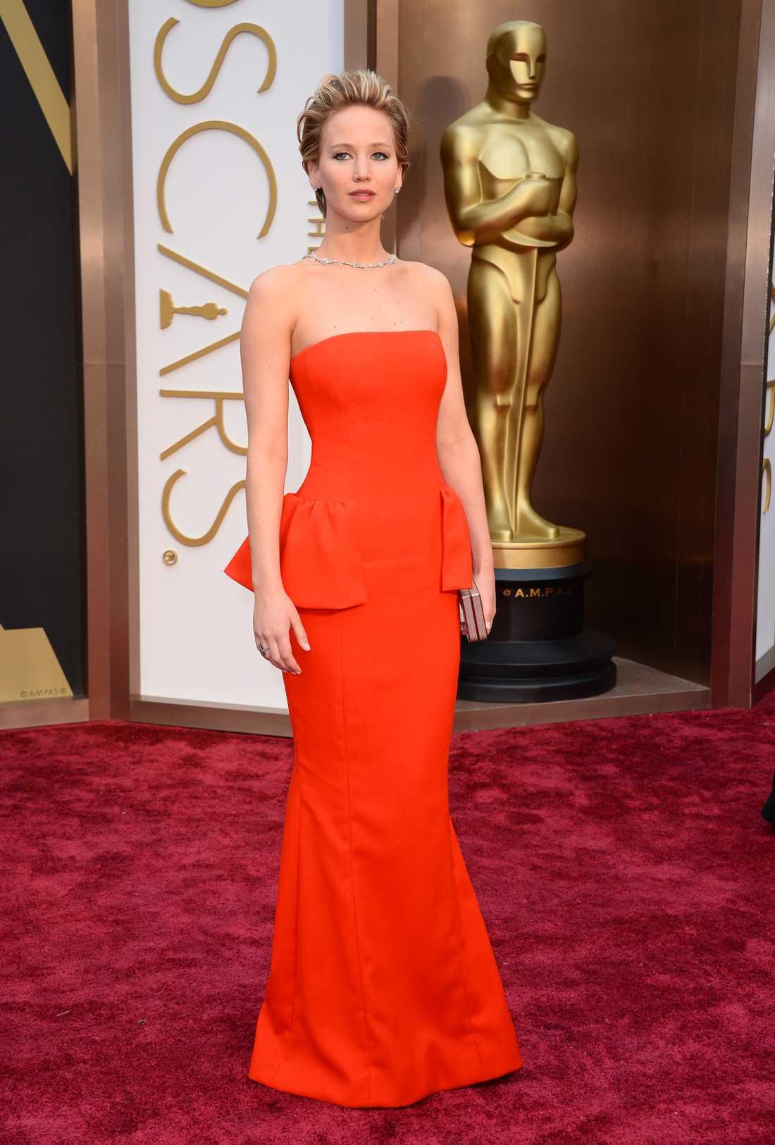 """++++ Jennifer Lawrence: """"Jag älskar det här! Christian Dior har designat denna modell med ett """"stjärtparti"""" som verkligen får det här att sticka ut. Rött var lite oväntat val av Lawrence men snacka om att hon fixar även det. Trots detta saknar jag det lilla extra som gör det till en äkta fullträff."""""""