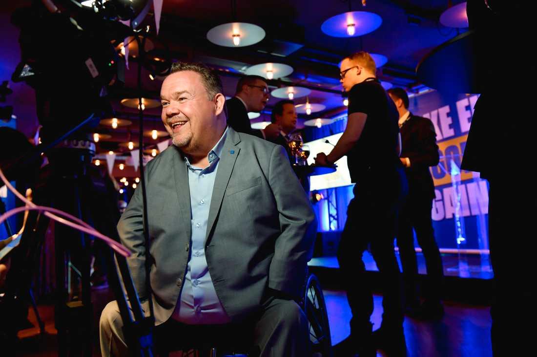 David Lega, en av KDs toppkandidater, anländer till Kristdemokraternas valvaka på Haymarket i Stockholm under valet till Europaparlamentet.
