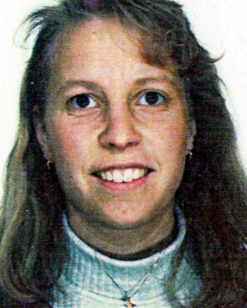 Heléne Fossmo. Helges första fru. Dog i en badrumsolycka i villan den 1999, 27 år gammal. När skotten ekade över Knutby 2004 utreddes badrumsincidenten. Men Helge Fossmo friades från misstankarna om att ha mördat Heléne.