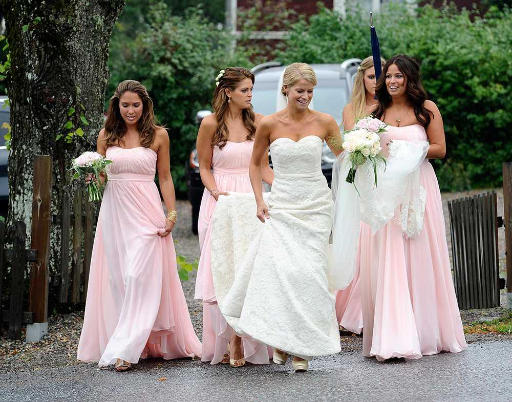Madeleine var tärna när kompisen Natalie Rosta gifte sig med Dag Werner i augusti 2011. Bruden bar ett fodral med hjärtformad ringning och skimrande vita sidenskor med platåklack.
