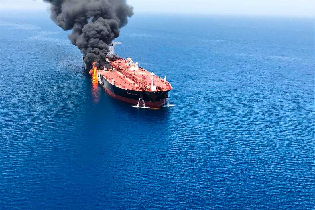 En norskägd oljetanker i lågor efter en misstänkt attack.