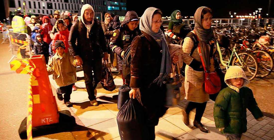 Flyktingar anländer till Malmö.