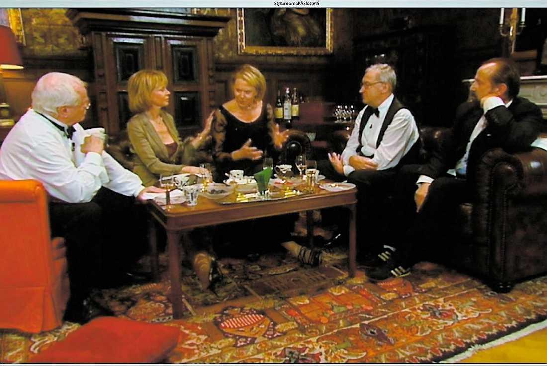 jobbigt samtal Arja Saijonmaa sitter i soffan omgiven av Jan Malmsjö, Britt Ekland, Magnus Härenstam och Peter Stormare.