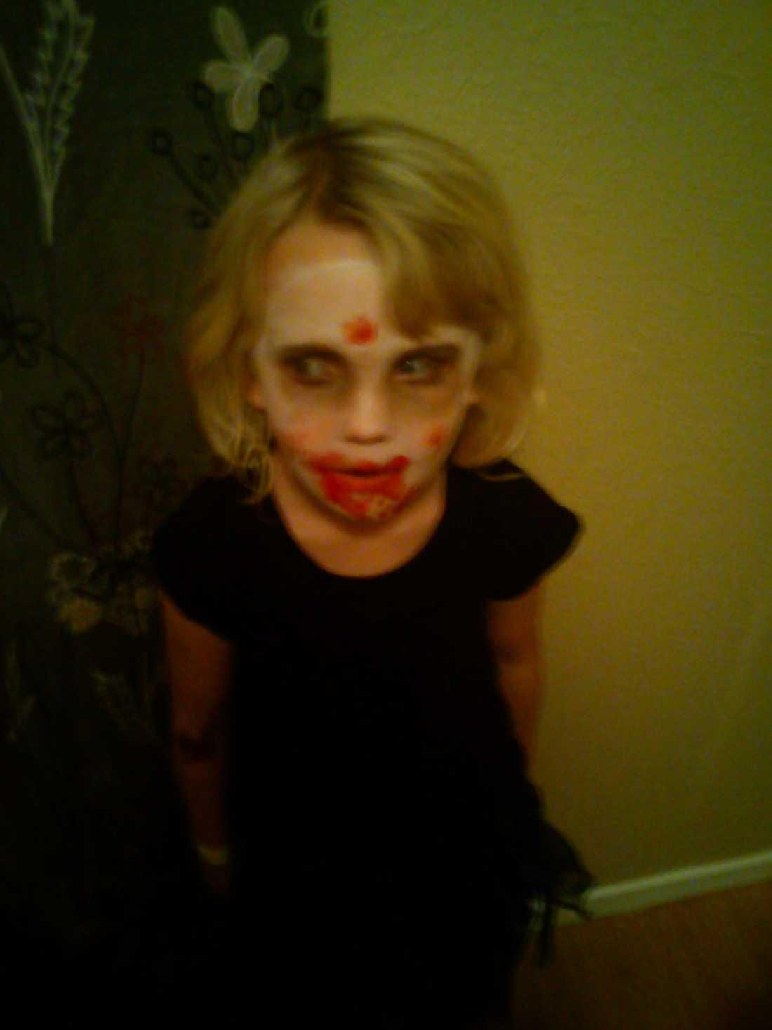 Här är vampyren Bella, 4 år.