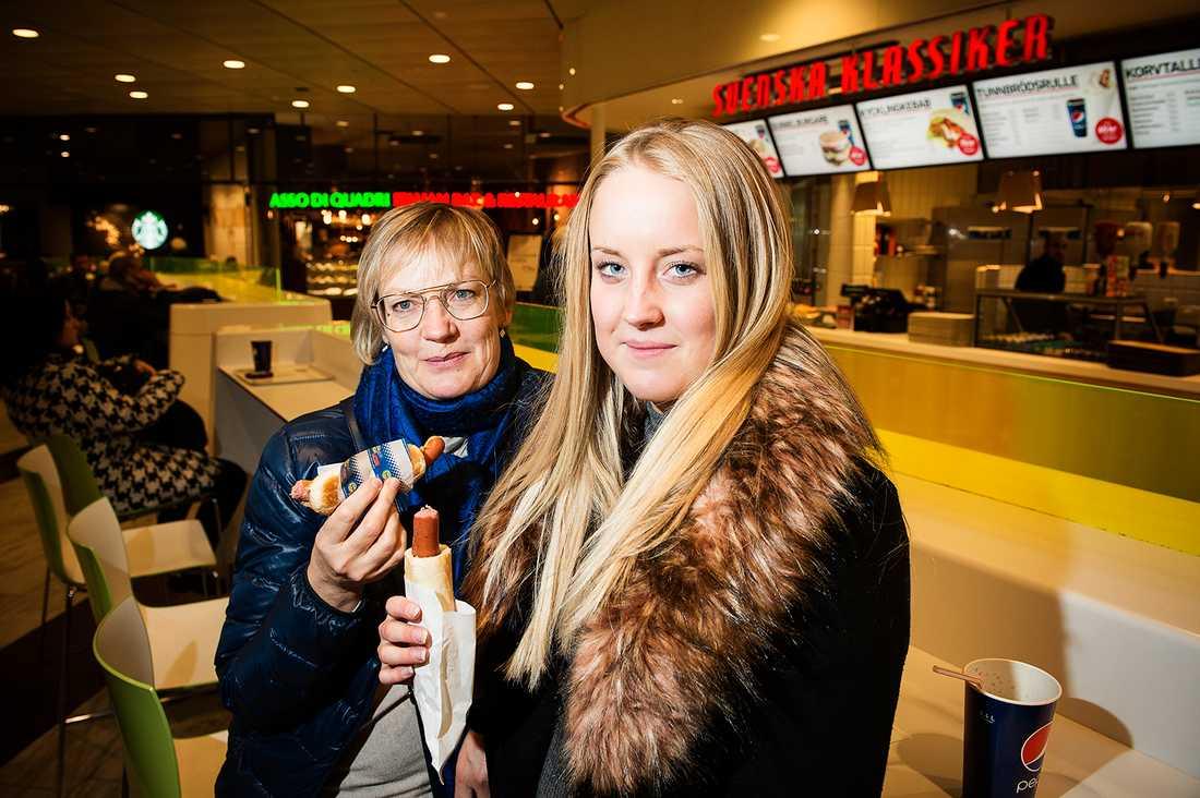 """Riitta Lipponen, 57, och Linn Rosenberg, 17, är inte oroliga även om Riitta hörde om larmet i radion. """"Om det stämmer blir det säkert så att man äter mindre kött"""", säger hon och vill se om det kommer mer information om studien."""