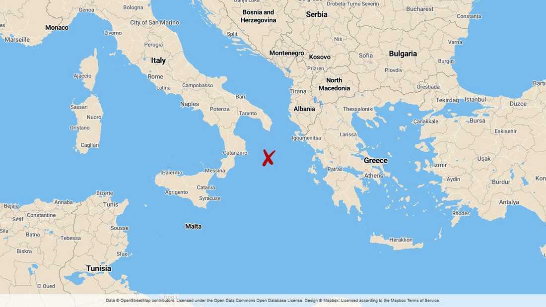 En helikopter saknas över havet mellan Grekland och Italien.