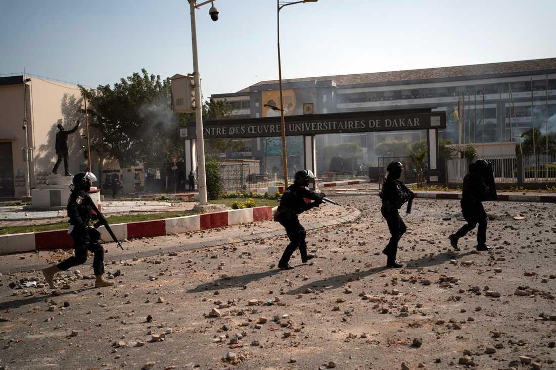 Kravallpolis svarar på stenkastning vid Cheikh Anta Diop-universitetet i Dakar på torsdagen.