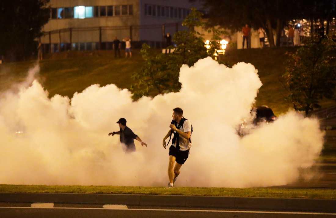 Protestuesit në tym gjatë trazirave në Minsk