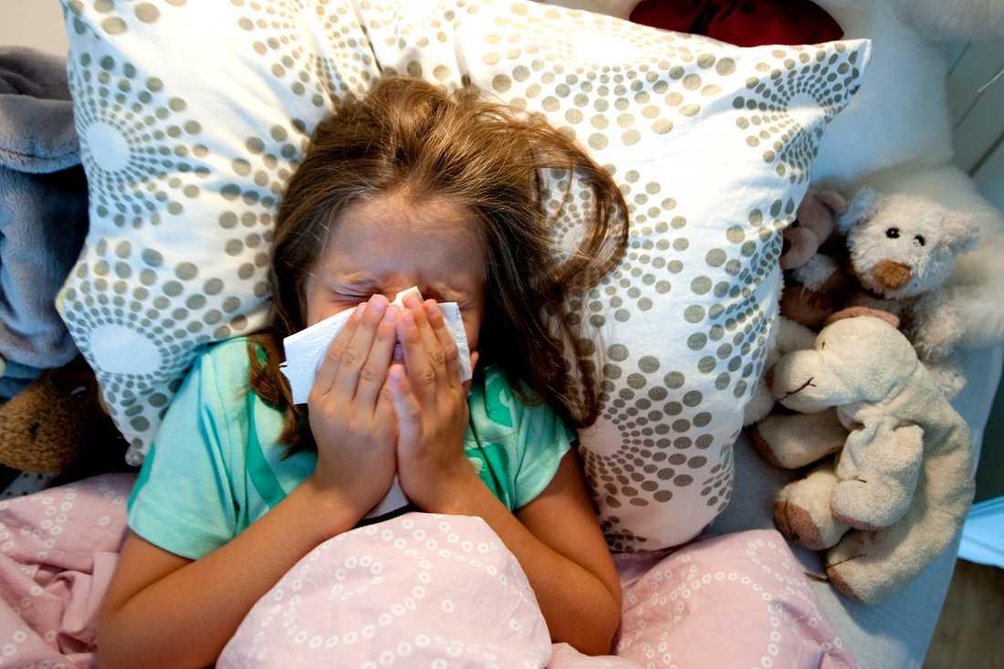 Det är svårt för ett spädbarn som är täppt i näsan att äta. En nässug kan hjälpa.