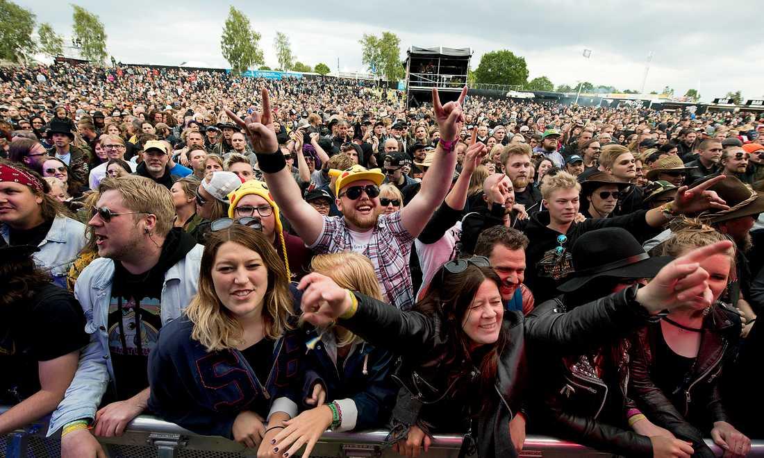 TACKA DE TROGNA BESÖKARNA. Sweden Rock har aldrig varit ett genremässigt progressivt arrangemang. Men det är de trogna besökarna, vilka år efter år besöker festivalen, som gör att det repristunga festivalarrangemanget blir lyckat.