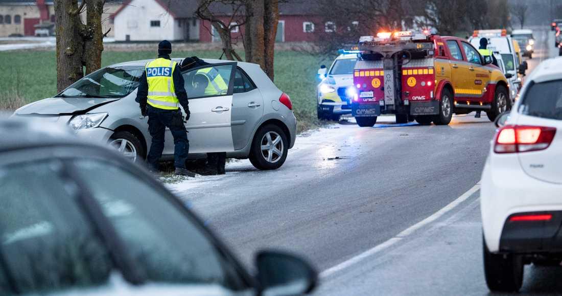 Polis och bärgare på plats efter en olycka på vägen mellan Malmö och Lomma under måndagsmorgonen. Hårda vindar och nederbörd har gjort vägarna glashala i Skåne.