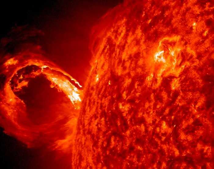 En koronamassutkastning på solen tidigare i år, då stora mängder partiklar kastades ut med solvinden efter explosioner på solens yta.