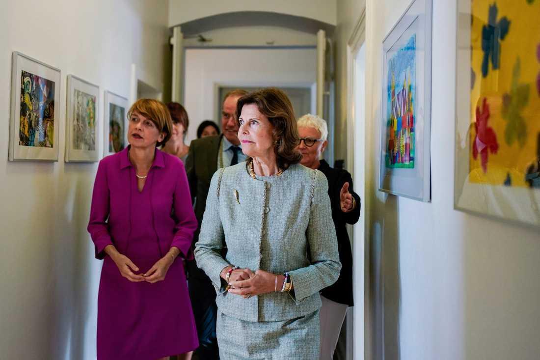 Drottningen visas runt i lokalerna.