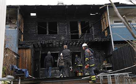 Flera radhus totalförstördes i en brand på tisdagsmorgonen.
