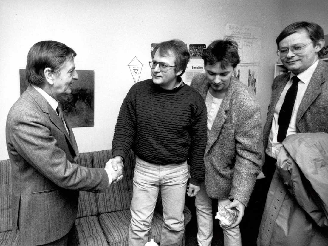Olof Palme skakar hand med Anders Carlberg under ett besök på Fryshuset 1985.
