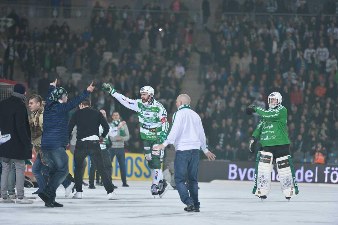 Västerås-spelarna motade tillbaka de segerrusiga supportrarna.