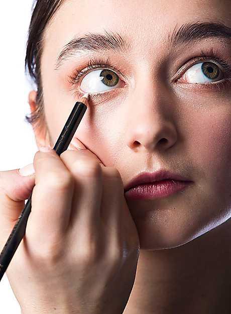 4. Lägg en ljus inliner längs med ögats vattenlinje (den inre, nedre fransraden). Det öppnar upp ögat och ger dig en vaken blick.