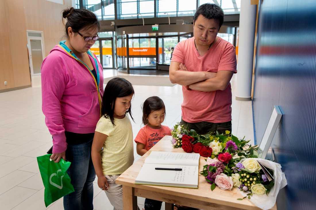 Mamma Lei-Lei Yang 35, Joar 6, Siv 4 och pappa Chuan Shi 37 står vid minnes bordet utanför Ikea i Västerås.