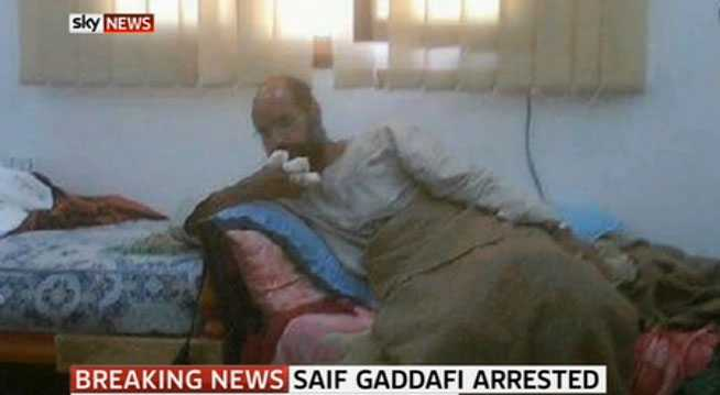 Saif al-Islam Gaddafi i fångenskap. På sin högra hand har han fingrarna i bandage.