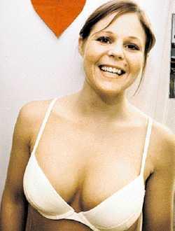EFTER Erika Jönsson opererades från A-kupa till C-kupa. Hennes sambo var först emot det, men är nu glad för att Erika är nöjd.