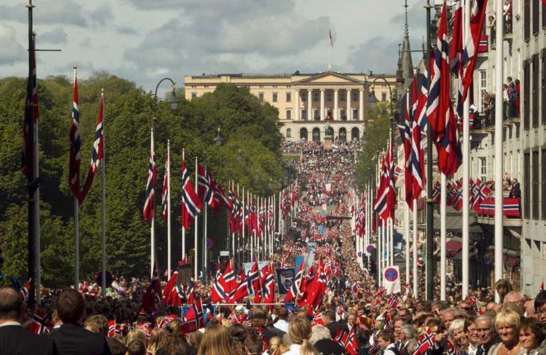 Rekordtåg Nästan alla skolor i Oslo hade samlats för att tillsammans gå i barntåget längs Karl Johans gata och förbi slottet där kungafamiljen stod och vinkade.