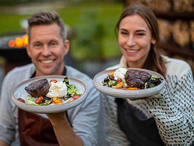 Kockparet Mattias Larsson och Cecilia H. Larsson bjuder på grillad oxfilé och vitkål med dragonmarinerade tomater och burrata.