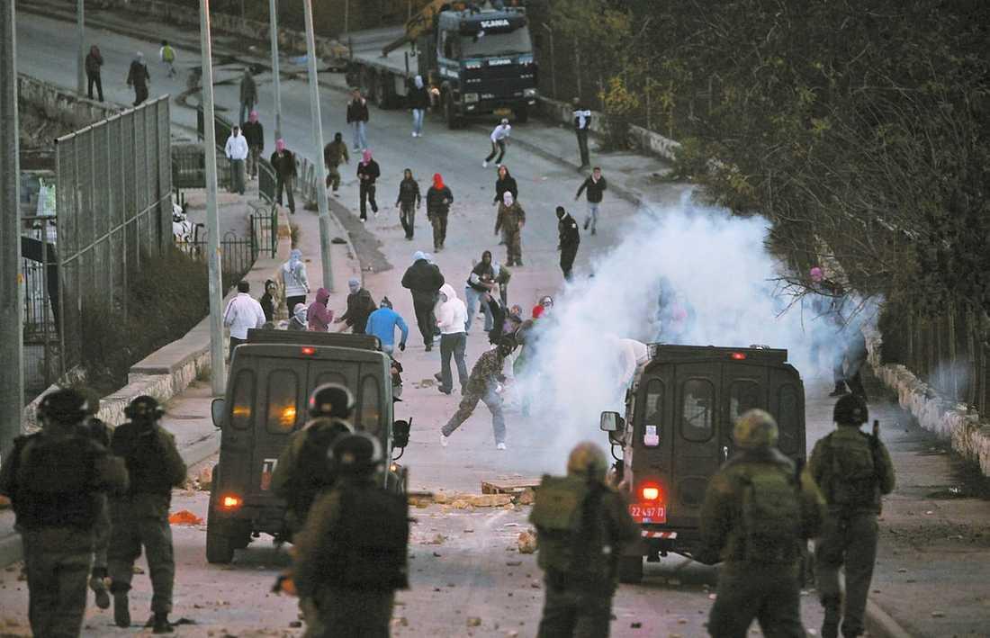 väger lätt Sammandrabbning mellan palestinier och israelisk militär i Gaza förra året. Jämfört med obestridliga israeliska krigsförbrytelser väger anklagelser om organstölder lätt, skriver Jan Guillou.